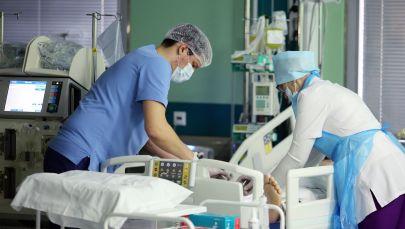 Врачи осматривают пациента в больнице. Архивное фото