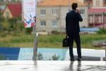 Мужчина разговаривает по телефону. Архивное фото