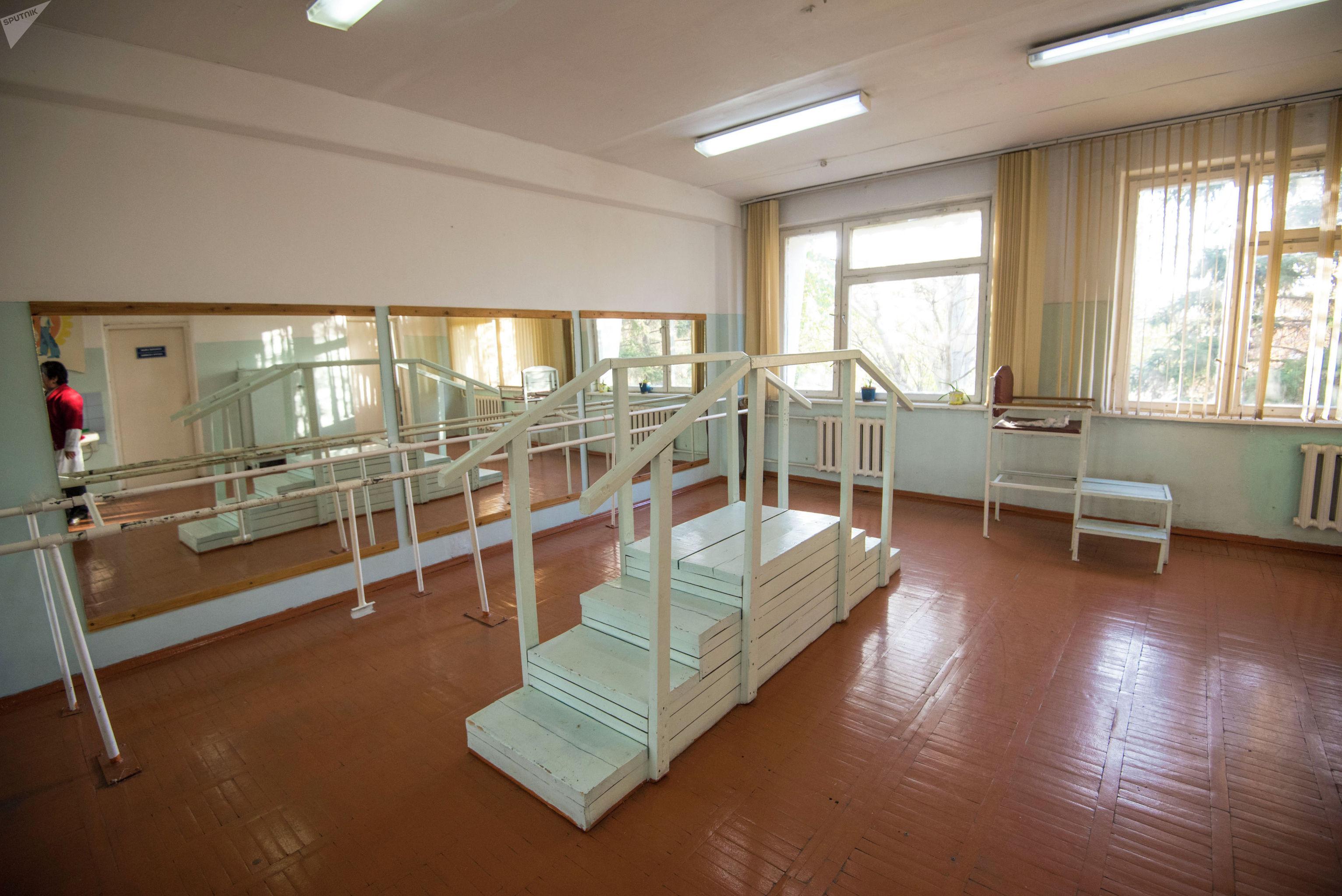 Каждый день пациенты центра тренируются здесь, чтобы приспособиться передвигать на новом протезе