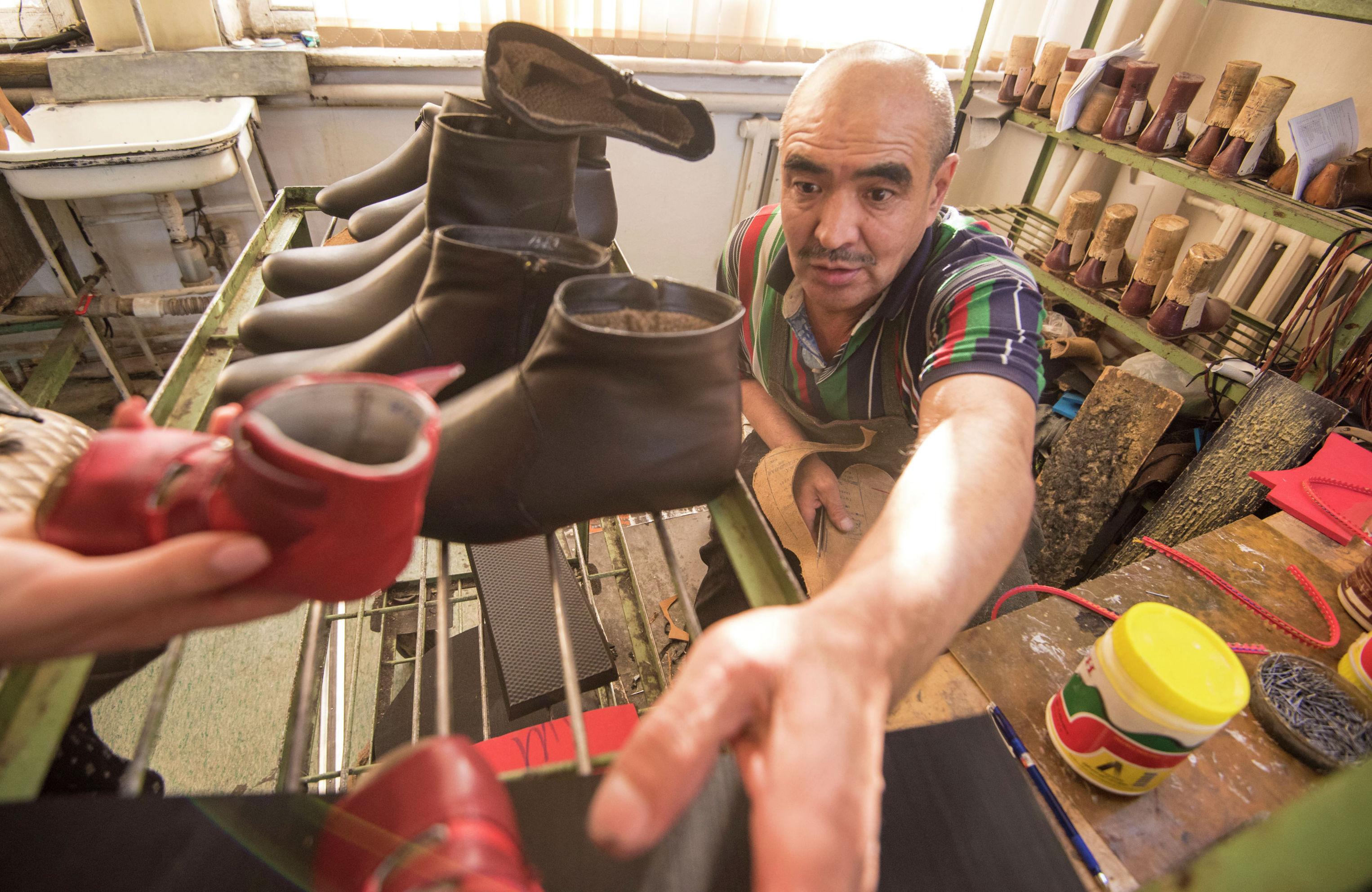 Сотрудник центра протезно-ортопедических изделий в Бишкеке