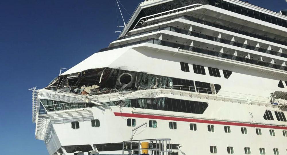 Круизный лайнер Carnival Glory поврежденный после столкновения с другим судном в порту Косумель, Мексика. 20 декабря 2019 года