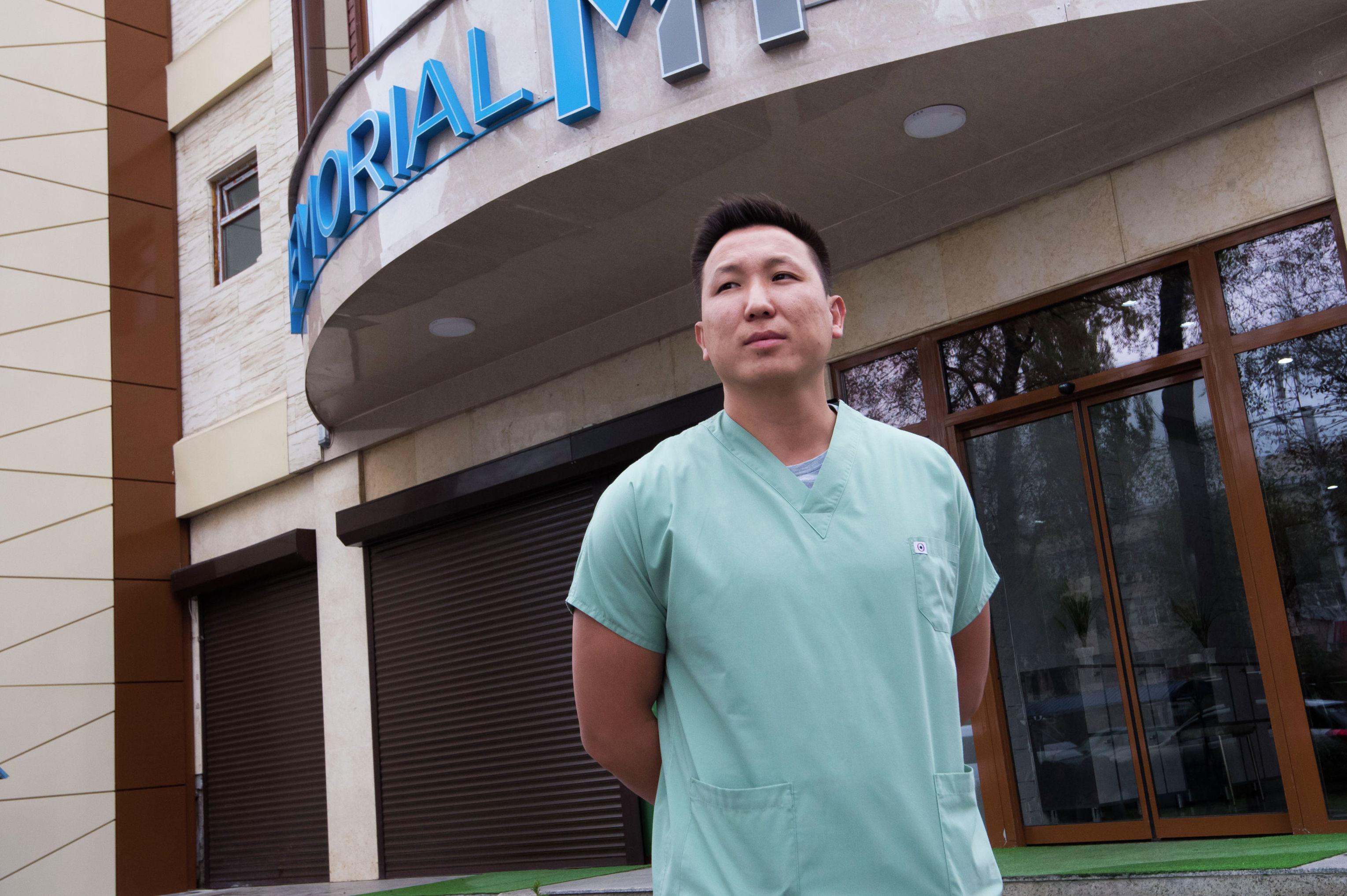 Рентгенохирург Руслан Шаршебаев у входа в поликлинику