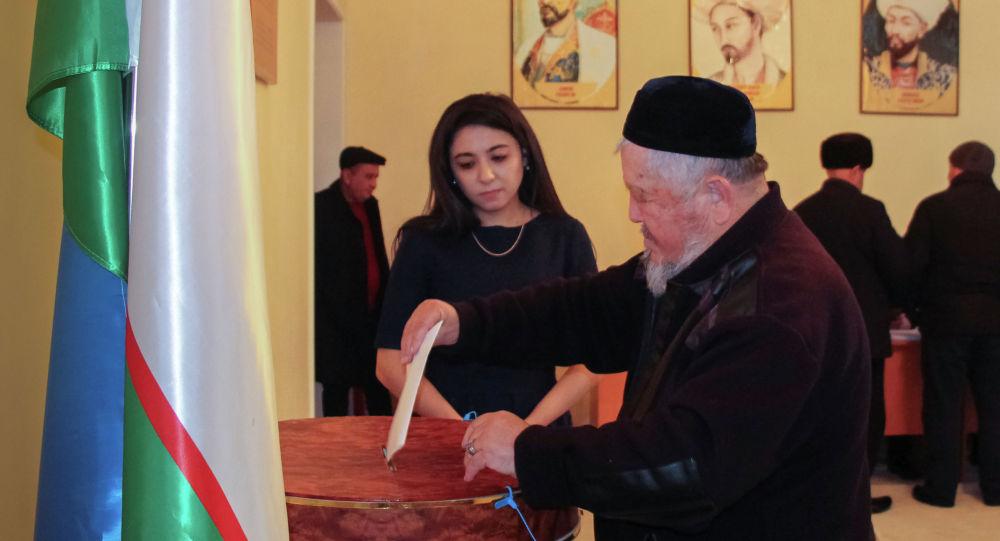 Мужчина баллотируется на парламентских выборах в Ташкенте. Узбекистан, 22 декабря 2019 года