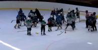 Өспүрүмдөрдүн хоккей боюнча командасынын машыктыруучусу атаандаш команданын 11 жаштагы балдары менен муз үстүндө жулкулдашып, урушуп кеткен. Бул туурасында маалымат интернет айдыңына тарап кетти.