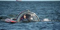 Архивное фото президента России Владимира Путина после погружения на подводном аппарате Си-эксплорер-5 в Финский залив