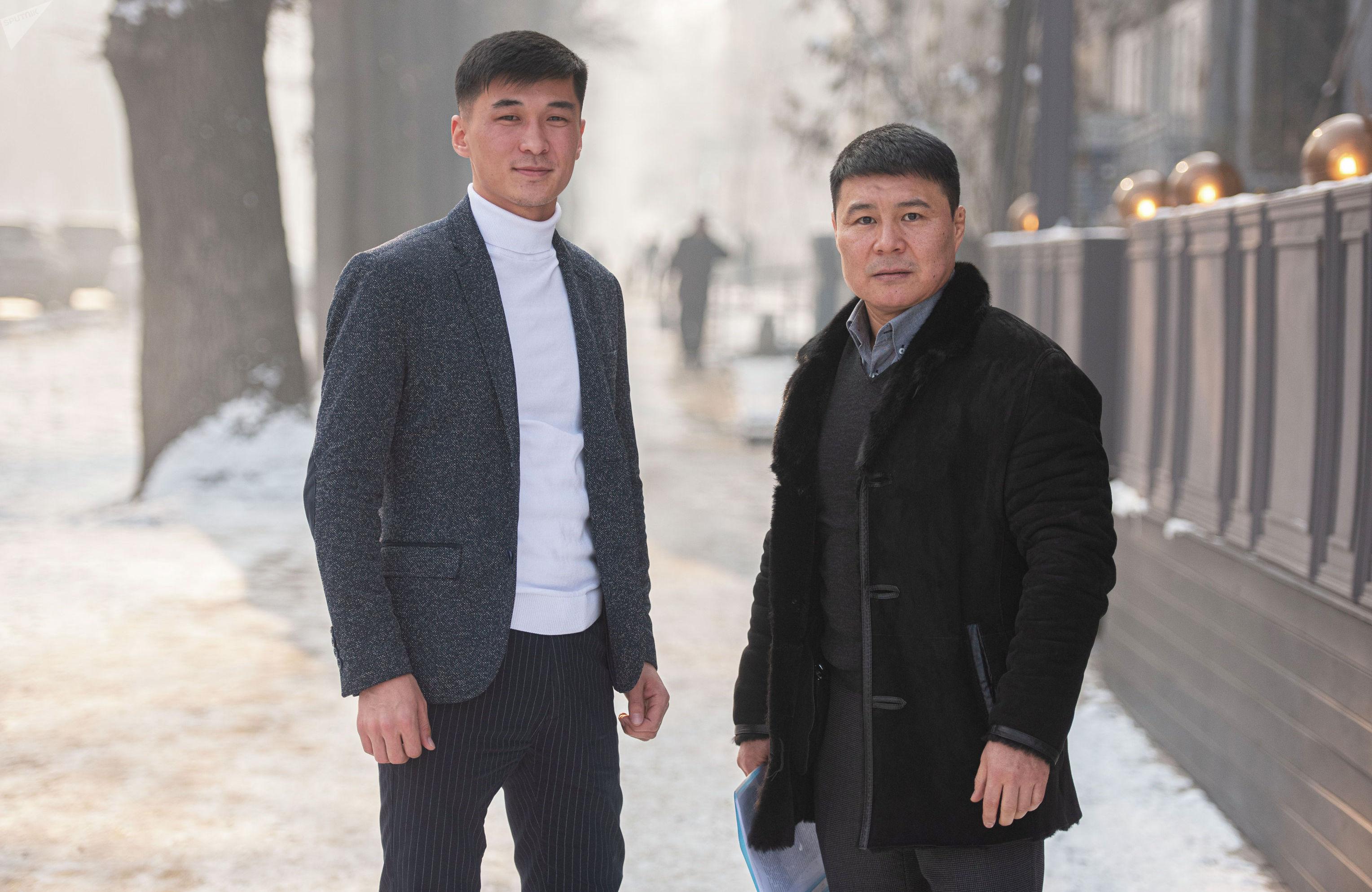 Депутат ЖК Тазабек Икрамов и журналист Sputnik Кыргызстан Эламан Карымшаков во время интервью, в рамках проекта интервью наоборот