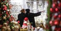 Посетительницы рассматривают новогодние подарки и сувениры. Архивное фото
