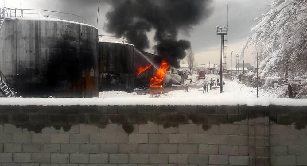 В Джалал-Абаде произошел пожар на нефтебазе, которая находится на улице Шерматова. 23 декабря 2019 года