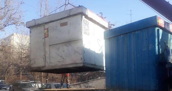 Мэрия Бишкека отчиталась о сносе незаконных объектов на прошлой неделе — на этот раз под раздачу попали автомойка, рекламные щиты и павильоны
