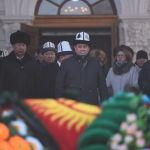 Президент Жээнбековдун атынан көңүл айтууну президенттик аппараттын жетекчиси Досалы Эсеналиев окуду