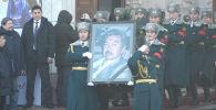 В Бишкеке состоялась гражданская панихида по Болоту Шамшиеву. Попрощаться с известным режиссером приехали сотни людей, в том числе первые лица государства. Речь одного из родственников Шамшиева особенно привлекла внимание.