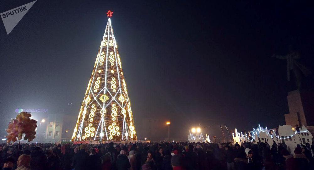 На центральной площади Оша зажгли новогоднюю елку. 24 декабря 2019 года