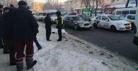 В Бишкеке маршрутка сбила женщину на пересечении улиц Байтик Баатыра и Кулатова.