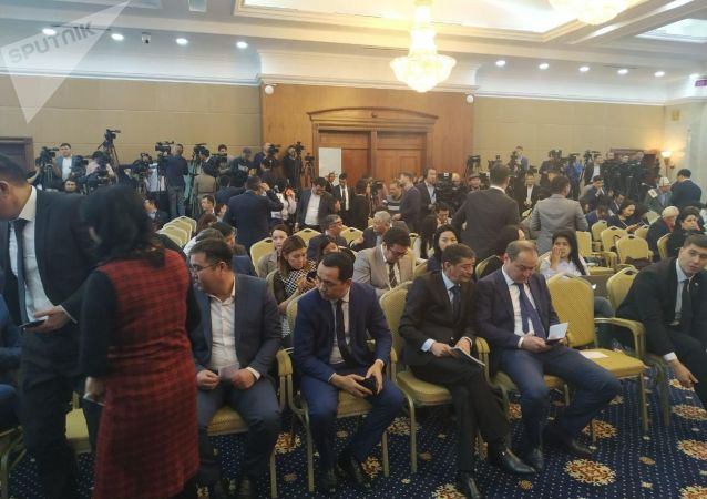 Журналисты готовятся к большой итоговой пресс-конференции президента КР Сооронбая Жээнбекова