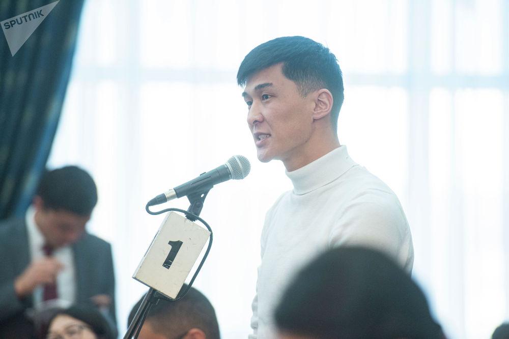 Sputnik Кыргызстан агенттигинин кабарчысы Эламан Карымшаков президентке билим берүү тармагындагы көйгөйлөр тууралуу суроо берди