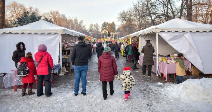 В сквере возле памятника Курманджан датке в Бишкеке открылась новогодняя ярмарка