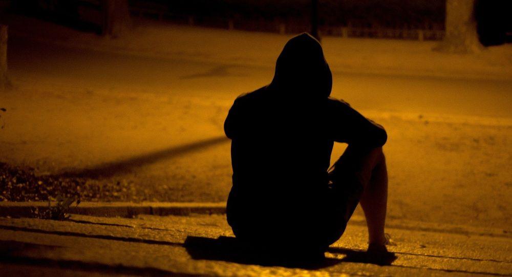 Мужчина сидит на ступеньках ночью. Иллюстративное фото