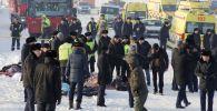 Сотрудники спасательной службы и полиции работают на месте крушения самолета Fokker 100 казахстанской авиакомпании Bek Air, следовавшего рейсом Алма-Ата - Нур-Султан.