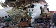 Сотрудники МЧС РК на месте крушения пассажирского самолета авиакомпании Бек Эйр, следовавший рейсом Алматы — Нур-Султан.