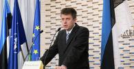 Министр обороны Эстонии Урмас Рейнсалу выступает на совместной пресс-конференции со своим французским коллегой в Таллине. Эстония, 21 марта 2014 года