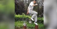 В интернете стало вирусным видео, где свои навыки демонстрирует молодой мастер кунг-фу Сяо Цян из Китая, научившийся прыгать по воде.