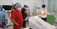 Травматология жана ортопедия илим-изилдөө борборунун жетекчиси, академик Сабырбек Жумабеков Казакстандын Алматы шаарына жакын жердеги авиакырсыктан жабыркагандарга операция жасады