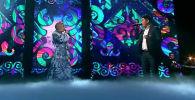 Участник музыкального шоу Голос Нуржигит Субанкулов и певица Пелагея спели часть песни Конь группы Любэ на кыргызском языке.