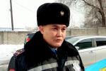 В Сети разлетелись кадры с полицейским, у которого на руках был маленький ребенок. Видео было снято очевидцем с места крушения самолета близ Алматы