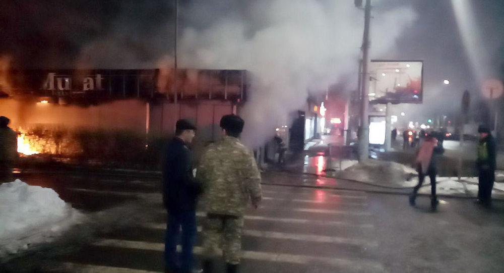 Бишкекте Киев жана Тоголок Молдо көчөлөрүнүн кесилишиндеги кийим-кече саткан дүкөндө өрт чыкты