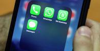 Значки мессенджеров WhatsApp и WhatsApp Business на экране смартфона. Архивное фото