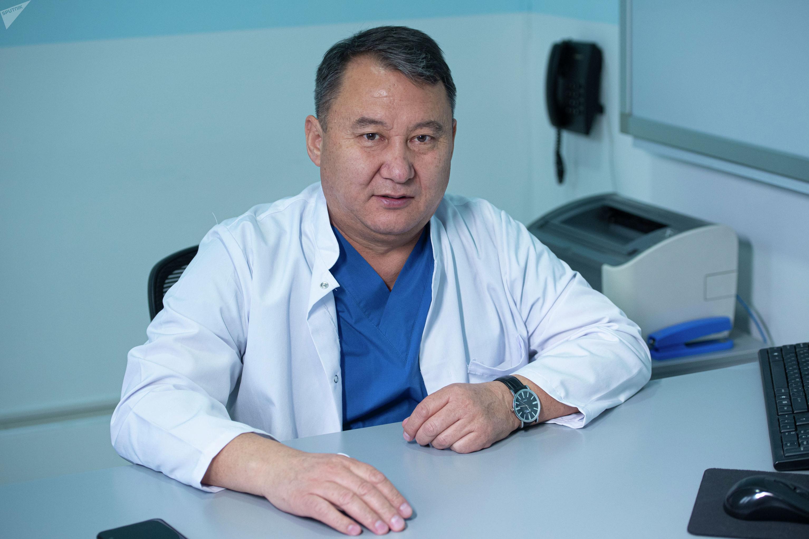 Кыргызстанский нейрохирург Абдыракман Дуйшобаев в своем кабинете