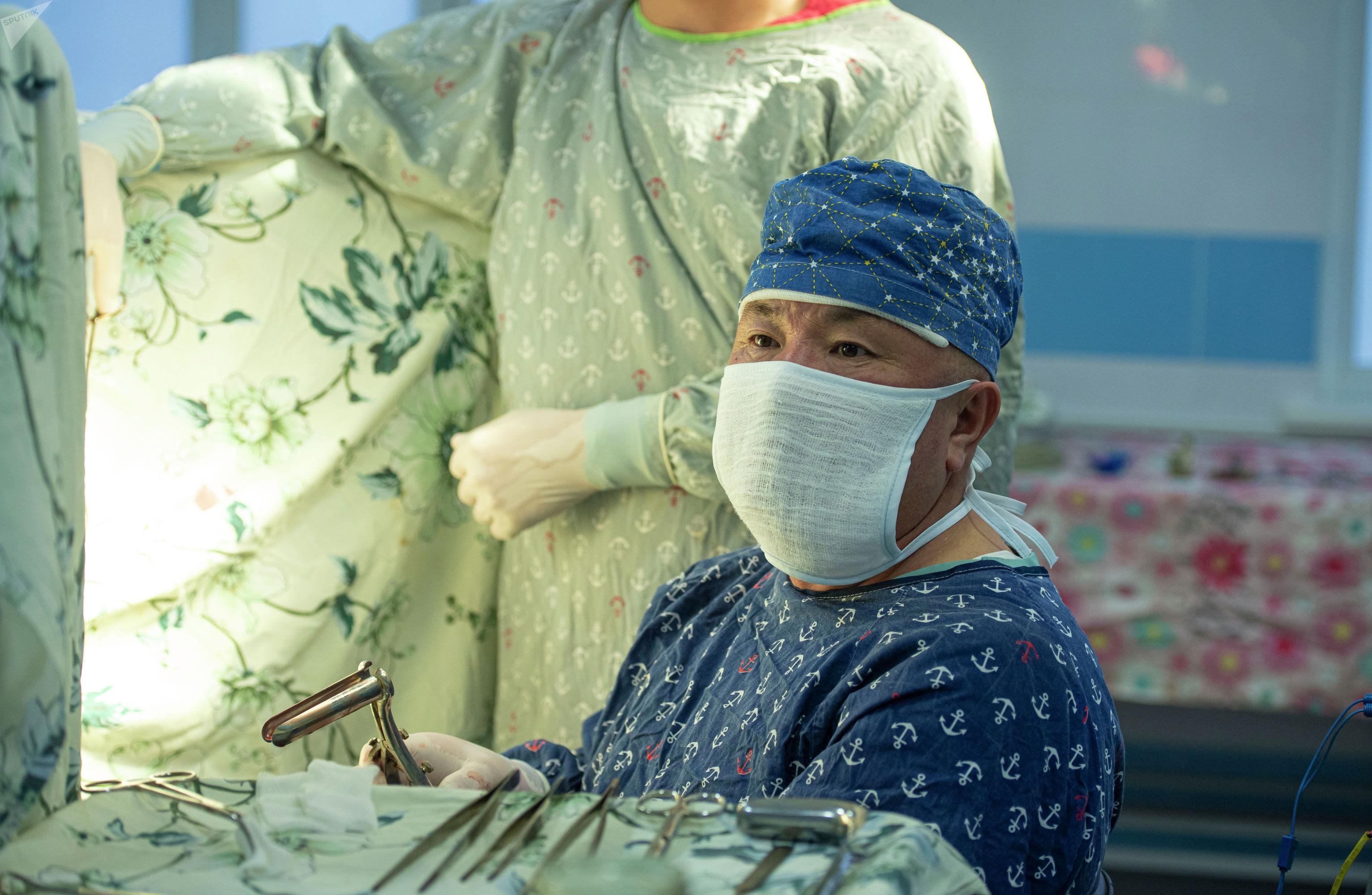 Кыргызстанский нейрохирург Абдыракман Дуйшобаев во время операции