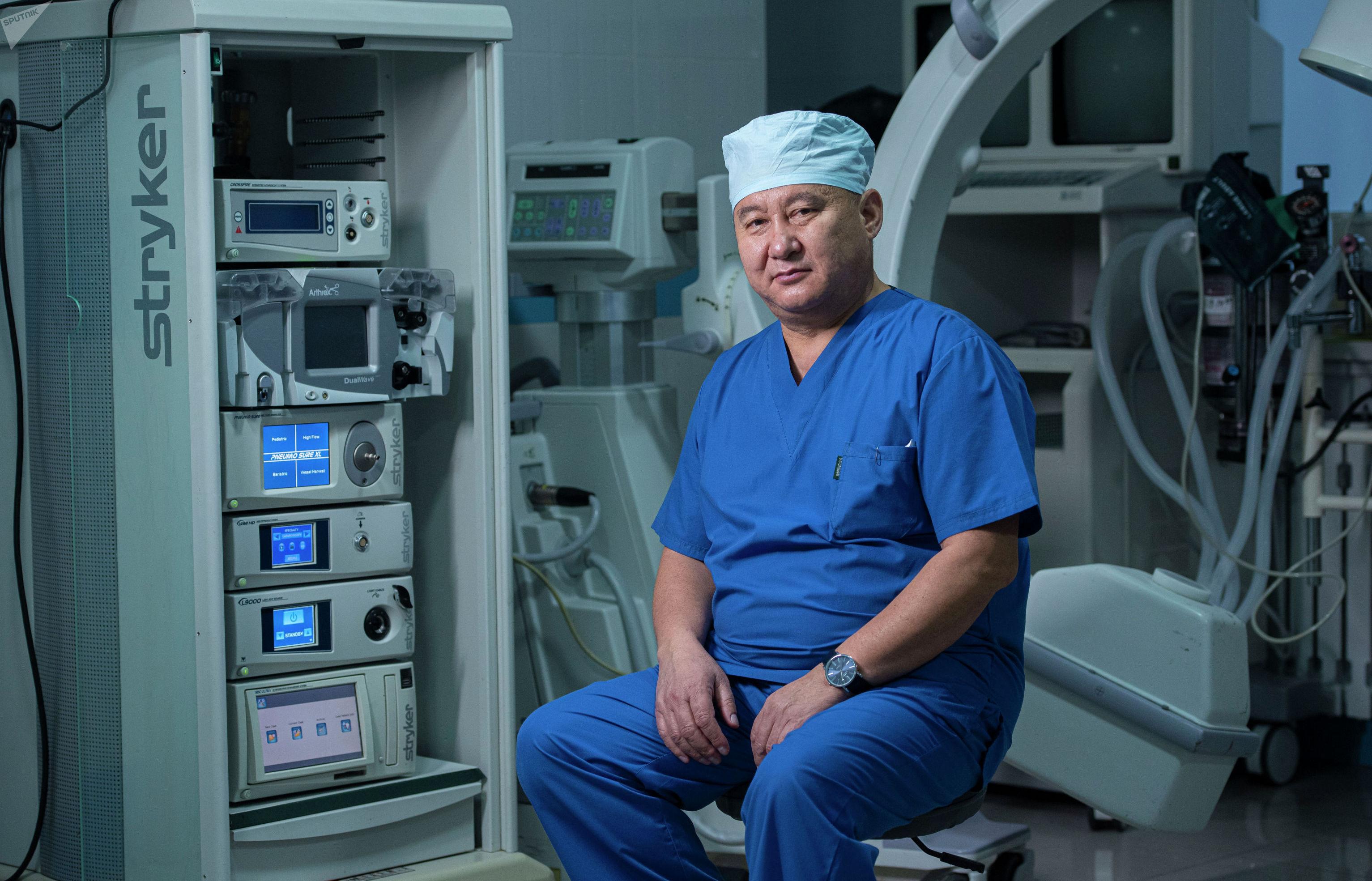 Кыргызстанский нейрохирург Абдыракман Дуйшобаев в операционной