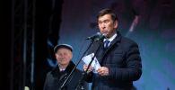 Мэр Бишкека Азиз Суракматов на церемонии зажжения главной новогодней елки КР на площади Ала-Тоо в Бишкеке