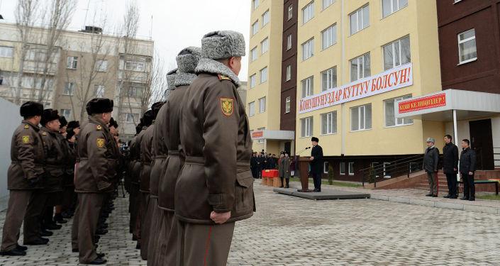 Военнослужащие Вооруженных сил Кыргызской Республики получили ключи от квартир. Их с новосельем поздравил Президент Кыргызской Республики Сооронбай Жээнбеков. 30 декабря 2019 года