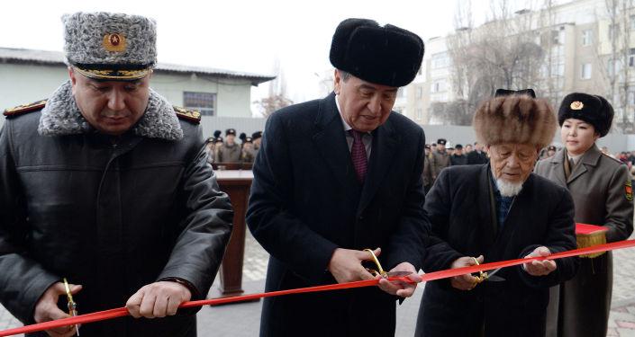Президент Кыргызской Республики Сооронбай Жээнбеков на вручении ключей от новых квартир для военнослужащих Вооруженных сил Кыргызской Республики. 30 декабря 2019 года
