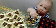 Мальчик берет конфеты из вазы. Архивное фото