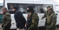 Представители ДНР и граждане Украины, удерживаемые на территории ДНР и ЛНР, на КПП на окраине города Горловка в Донецкой области, где должна произойти процедура обмена удерживаемыми лицами между самопровозглашенными республиками и Киевом.