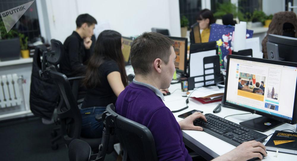Сотрудники Sputnik Кыргызстан на рабочем месте