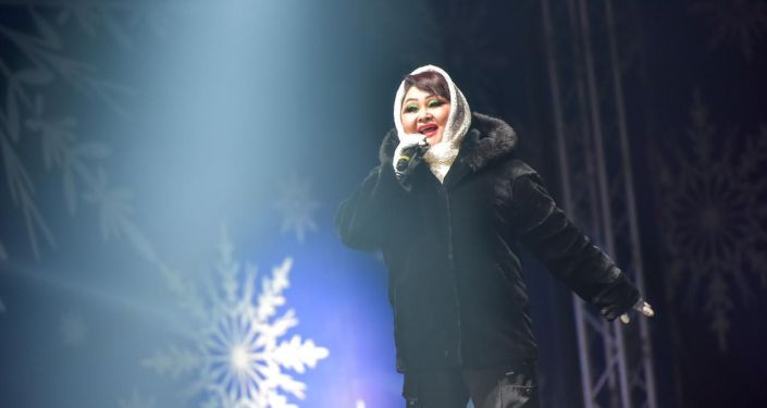 Выступление певицы Айчурок Иманалиевой на праздничном концерте 31 декабря на площади Ала-Тоо в Бишкеке