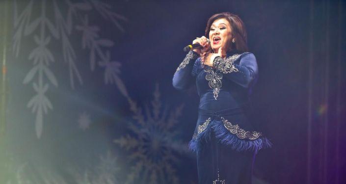 Выступление певицы Динары Акуловой на праздничном концерте 31 декабря на площади Ала-Тоо в Бишкеке