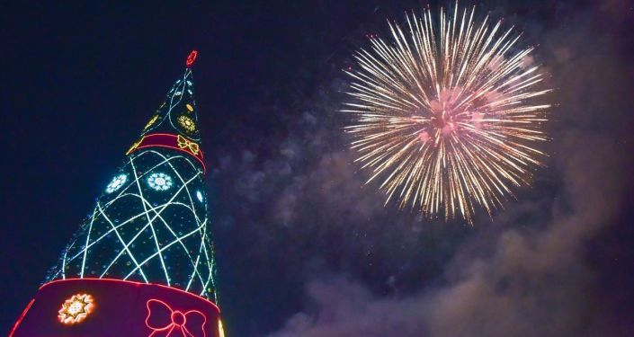 Новогодний салют на центральной площади Ала-Тоо 31 декабря 2019 года