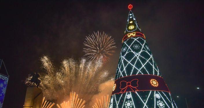 Новогодний салют на центральной площади Ала-Тоо Бишкека 31 декабря 2019 года