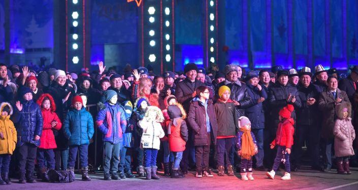 Зрители на праздничном концерте 31 декабря на площади Ала-Тоо в Бишкеке