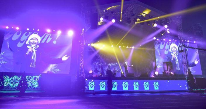 Выступление певца Съездбека Искеналиева на праздничном концерте 31 декабря на площади Ала-Тоо в Бишкеке