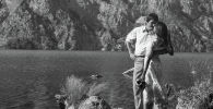 Известный актер Суймонкул Чокморов и актриса Дилором Камбарова во время съемок фильма Жалаң эркектер (Одни мужчины). 1981 год