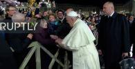 После неловкого инцидента к паломнице подошли охранники главы католической церкви. Женщина осталась недовольна произошедшим.