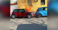 В интернете опубликовано видео загоревшегося автомобиля, который попал в ДТП. Ролик появился на Youtube-канале ViralHog.