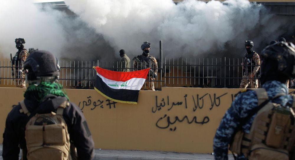 Сотрудники иракских сил безопасности у посольства США в Багдаде