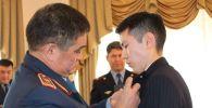 Казахстанца Темирлана Кадауова, который заслонил собой беременную при крушении самолета у Алматы, наградили